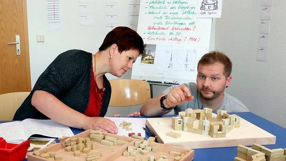 Betriebsleiterin Ines Schroth und ihr Mitarbeiter bei der Entwicklung des Baukastens zur Seiffener Bergkirche.