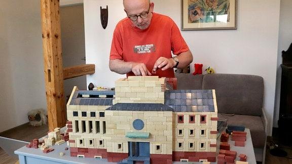 Ankerfan Thomas Voigt baut an seinem Modell eines Theaters.
