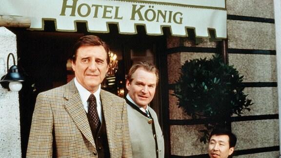 Ludwig (Helmut Fischer, li.) und Otto König (Fritz Wepper, Mitte) führen ein gutgehendes Hotel am Münchner Viktualienmarkt.
