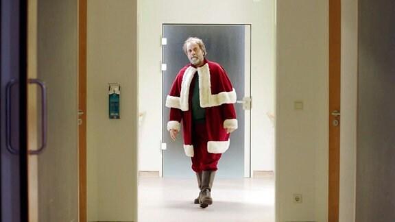 Klaus (Matthias Brenner) verkleidet als Weihnachtsmann in einem Krankenhaus.