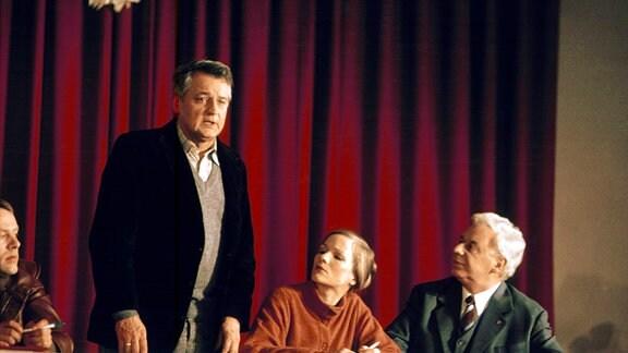 Werkmeister Gerhard König (Horst Drinda) muss bei einer Versammlung eine Rede halten.