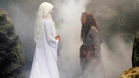 Jolanthe (Svenja Jung) spricht zur Nebelfrau (Stephanie Lexer).