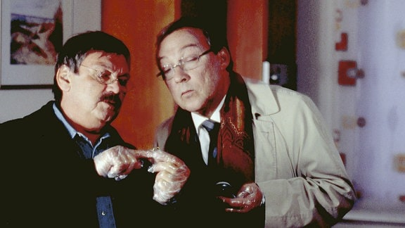 Nichts entgeht den aufmerksamen Blicken der Kommissare Schmücke (Jaecki Schwarz, re) und Schneider (Wolfgang Winkler)