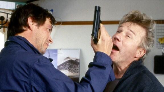 Steffen Rosinski (Tom Mikulla, l) will es wissen. Hat Achim Baumbach (Jörg Schüttauf) seine Verlobte auf dem Gewissen?
