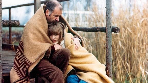 Dr. Schmith (Armin Mueller-Stahl) hält seine Lebensgefährtin Katharina (Jenny Gröllmann) im Arm.