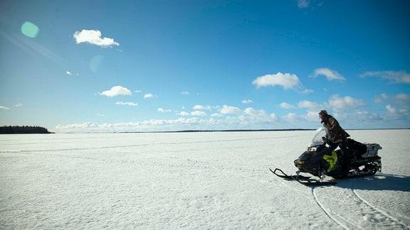 Magnus Kuhmunen, Rentierzüchter, legt alle Strecken mit dem Schneemobil zurück.