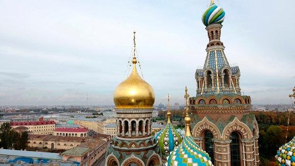 Luftbild St.Petersburg, im Vordergrund die Kuppeln der Auferstehungskirche