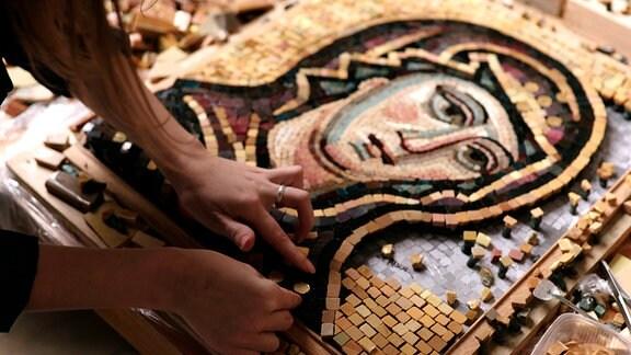 Mosaikarbeiten in der Mosaikwerkstatt der Kunstakademie, St.Peterburg