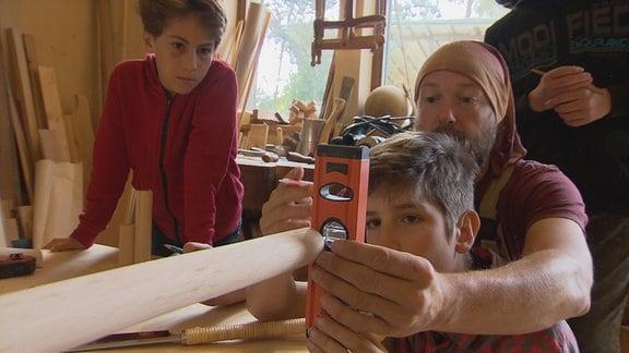 Mit Unterstützung von Tischler Andreas wollen Felix und Jona ihren ersten eigenen Bogen bauen.
