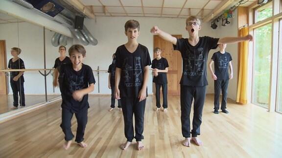 Die HipHop-Crew freut sich über ihre selbst entworfenen Auftrittsklamotten (vorn v.l.n.r.: Jona, Felix  Merlion ; hinten v.l.n.r.: Norwin, Wenzel, Gabriel, Mathis)