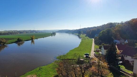 Die Elbe, daneben der Ort Neuhirschstein.