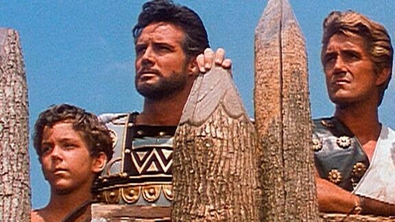 Äneas (Steve Reeves, Mitte) mit seinem kleinen Sohn Julus (Charles Band) und seinem treuen Gefolgsmann Euryalos (Giacomo Rossi Stuart)