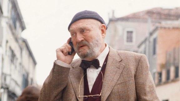 Der Kunstkenner Gabriele Cassato (Rolf Hoppe) bringt den Commissario auf die richtige Fährte.