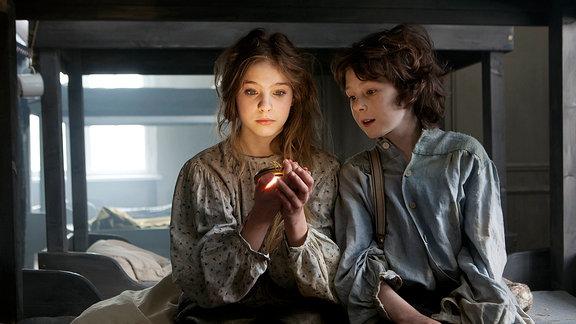 Emil (Maximilian Ehrenreich) ist beeindruckt von Ingas (Lea Müller) leuchtendem Amulett.