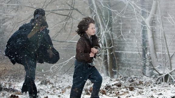 Emil (Maximilian Ehrenreich, re.) und der Gendarm (Oliver Korittke) suchen Inga am eisigen Weihnachtsabend