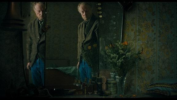 Der alte Bertram (Jens Weisser) lebt allein in seinem Haus am See.