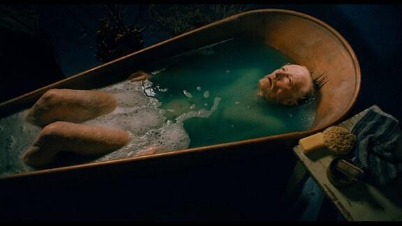 Bertram (Jens Weisser) ist einsam und sinniert über sein Leben.