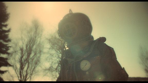 Um sich abzulenken, hat Bertram (Jens Weisser) einen kupfernen Taucheranzug gebaut.