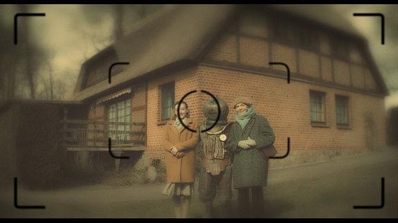 Der alte Bertram (Jens Weisser, Mitte) taucht in sein vergangenes Leben ein und trifft auf seine Frau Deborah (Isolde Barth, rechts) und seine Tochter Annabel (Leonie Nonnenmacher, links).