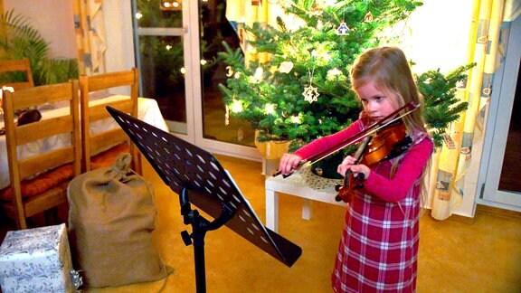 Mathea Weller spielt ein Lied auf ihrer Geige für den WEeihnachtsmann