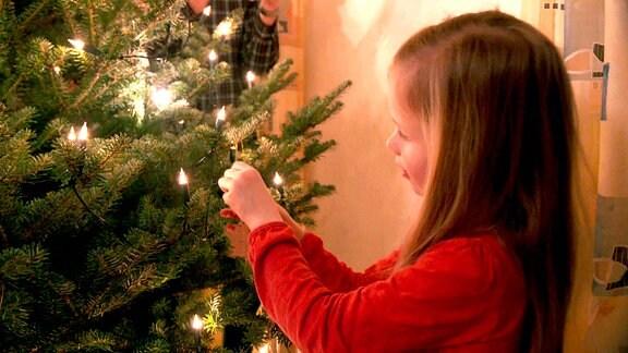 Mathea Weller schmückt begeistert den Weihnachtsbaum