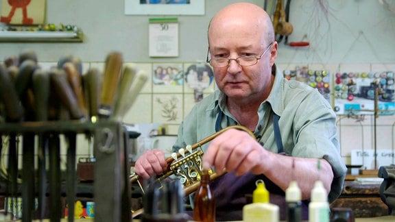 Frank Dreier in seiner historischen Instrumentenbauerwerkstatt
