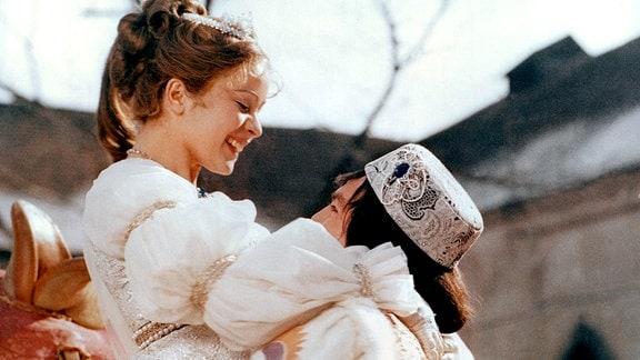 Endlich kann der Prinz (Pavel Trávnícek) sein Aschenbrödel (Libuse Safránková) in die Arme schließen