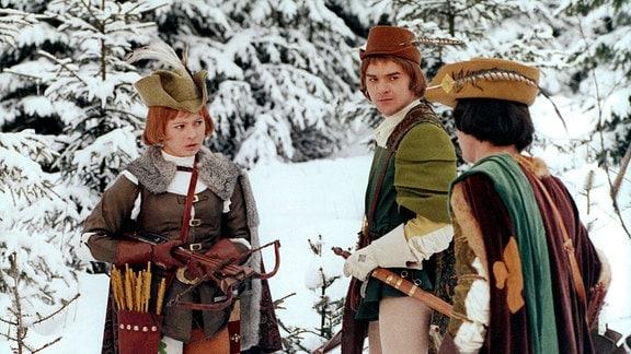 Als Jäger verkleidet, schießt Aschenbrödel (Libuse Safránková) mit dem Prinzen (Pavel Trávnícek, rechts) um die Wette.