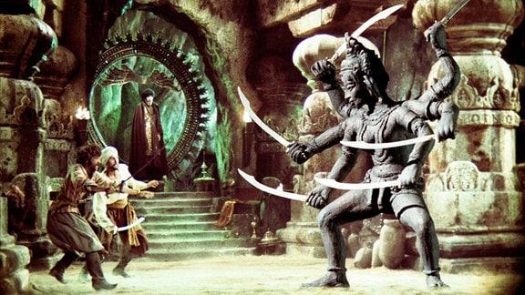 Sindbad (John Phillip Law) muss gegen die sechsarmige, Säbel schwingende Göttin Kali kämpfen.