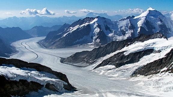 Mit gut 20 Kilometern Länge ist der Aletsch der größte Gletscher in den Alpen. Wie ein Fluss aus Eis erstreckt er sich durchs Hochgebirge. Noch wirkt er mächtig, doch sein Eisschild schmilzt Jahr für Jahr immer weiter ab.