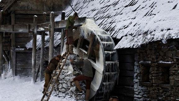 Eine unheimliche Stimme in seinen Träumen führt Krabat zu einer Wassermühle bei Schwarzkollm in der Lausitz.