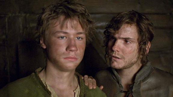 Unter elf Mitgesellen wird Tonda (Daniel Brühl, r.) Krabats (David Kross) bester Freund.