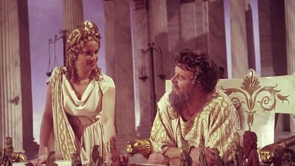 Zeus (Niall MacGinnis) gesteht Hera (Honor Blackman) zu, dass sie Jason auf seiner Reise fünf Mal helfen darf.