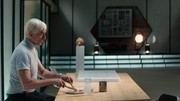 Um seinem eintönigen, einsamen Leben einen neuen Sinn zu geben, beschließt Falter (André M. Hennicke), sich einen Androiden zu kaufen.