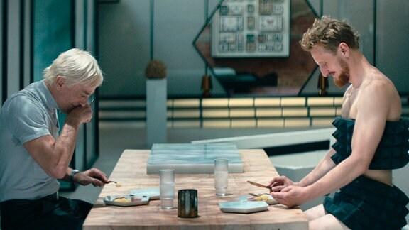Der neue Android Dave (Michael Kranz, rechts) bringt mehr Lebensfreude in Falters (André M. Hennicke, links) Alltag.