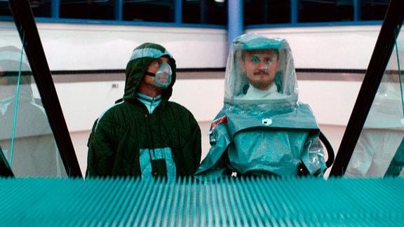 Android Dave (Michael Kranz, rechts) hat von Falter (André M. Hennicke, links) eine Flugreise geschenkt bekommen, die jedoch ein tragisches Ende nimmt.