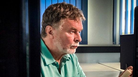 Jürgen Greiner arbeitet seit 1986 im Glaswerk Piesau. Heute ist er als Produktentwickler verantwortlich dafür, die Flakondesigns der Kunden technisch umzusetzen.
