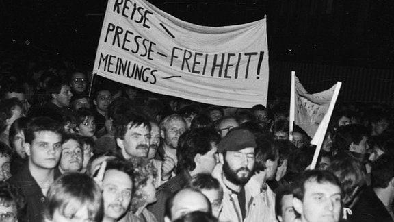 Demonstranten mit Plakat in der Hand