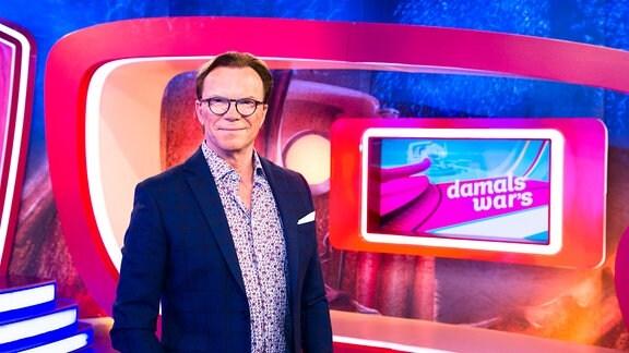 """Moderator Wolfgang Lippert im """"Damals war`s""""- Studio."""
