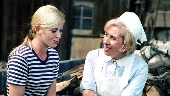 Agnes Kraus (Gemeindeschwester Agnes Feurig) (re), Iris Bohnau (Katja Lehnert) (li)