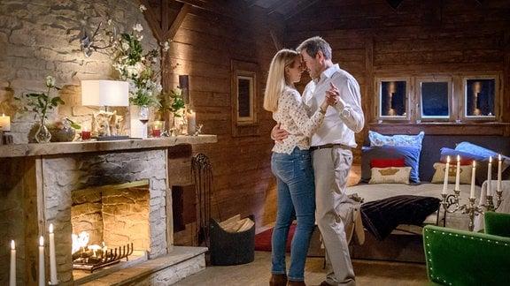 Christoph (Dieter Bach, r.) und Selina (Katja Rosin, l.) genießen einen romantischen Abend in der Almhütte.