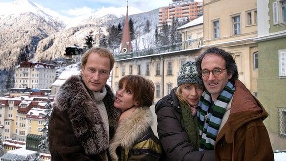 Zwei Paare im Schnee: Barbara (Maruschka Detmers, 2.v.li.) und Sebastian (Markus Knüfken, li.) sowie Silke (Anna Stieblich) und Walter (Holger Gotha).
