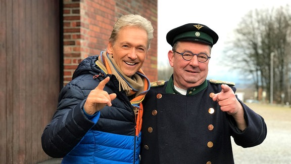 Olaf Berger und Alfred Simm auf dem Bahnhof Bertsdorf (v.l.)