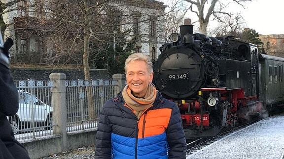 Olaf Berger bei Dreharbeiten auf dem Zittauer Bahnhof