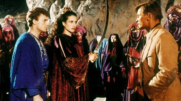 In den Gesetzen ihres Volkes steht geschrieben, dass Anthea (Andie MacDowell, vorn), die Gebieterin des Sprechenden Berges, Hared (Daniel Olbrychski, vorn) zu ihrem Mann nehmen wird.