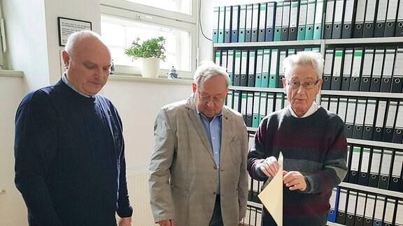 Im Sächsischen Wirtschaftsarchiv in Leipzig-Plagwitz: Links Günter Pyschik, der bei VTA / TAKRAF vom Dreher zum stellvertretenden Kombinatschef wurde und das Unternehmen in die Marktwirtschaft führen wollte. In der Mitte Dieter Bittermann, früher Konstrukteur bei VTA // TAKRAF und leidenschaftlicher Seilbahnfan. Rechts Dr. Manfred Hötzel, pensionierter Historiker und heute Experte für die BLEICHERT- und die Seilbahngeschichte.