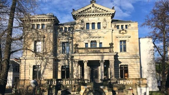 Früher die Familienvilla derer von Bleichert in Gohlis, zu DDR-Zeiten und heute Kulturhaus. Die 1.100-qm-Villa mit dem 3.000-qm-Grundstück beeindruckt noch heute.