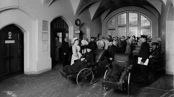Die Krankenaufnahme um 1910, hier werden Kassenmitglieder und Selbstzahler getrennt.