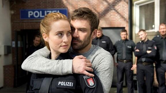 Nina Sieveking (Wanda Perdelwitz, l.) hat sich in Diego (Daniel Wiemer, r.), den Kampfsporttrainer der Polizei verliebt.