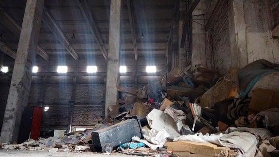 In den alten Hallen des Kraftwerks lagern bis heute Berge aus Sperr- und Sondermüll.